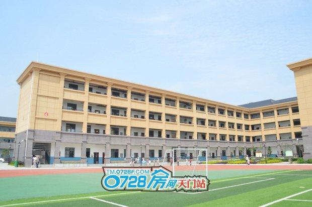 汉旺世纪城育才小学操场塑胶跑道和教学楼