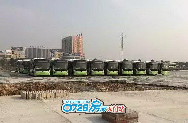 第一批购置的新公交车已到达新公交总站