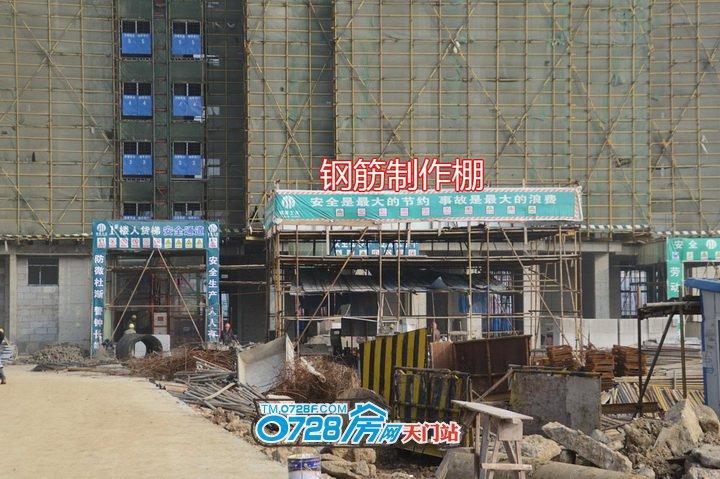 工人们正在制作钢筋