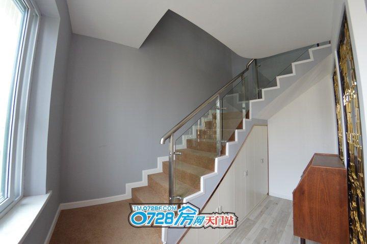 旋转楼梯,空间合理利用,楼梯下面设计了储物柜.jpg