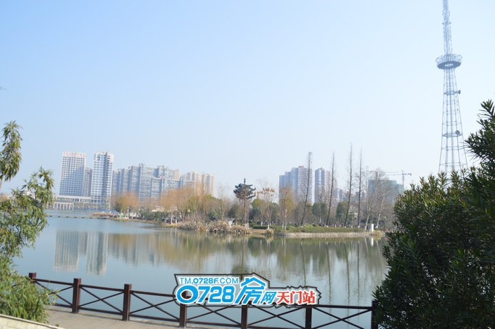 天门中央公馆位于东湖之滨,东湖水体面积约为33万平方米。