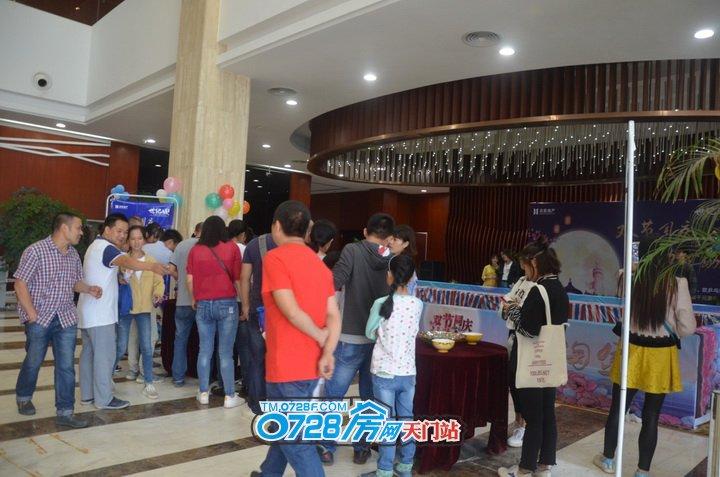 第一轮游戏是中秋传统游戏博饼,大家很积极踊跃的在排队参加