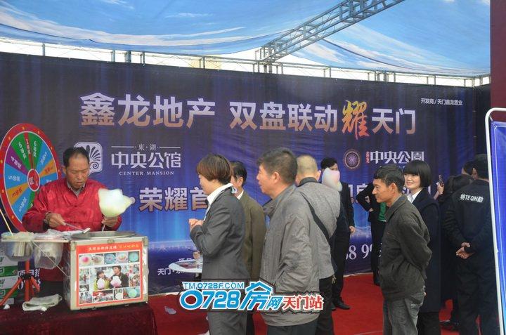 鑫龙地产展示厅聚集了很多前来车展的朋友,有想要棉花糖的,也有想要在今天把房子车子一起搞定的