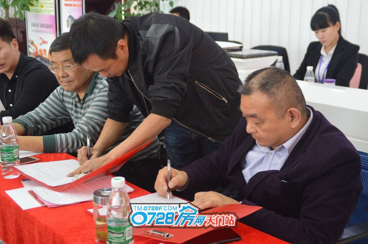 """""""田园艺术""""李文军先生与龙虾美食城彭经理进行签约,入驻一栋三层"""