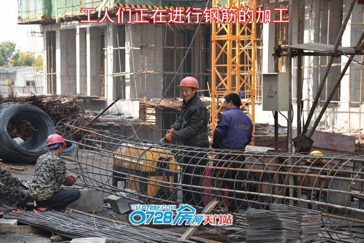工人们正在进行钢筋的加工