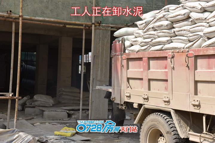工人正在卸水泥