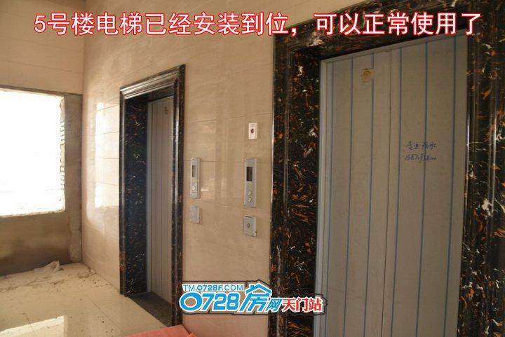 5号楼电梯已经安装到位,可以正常使用了