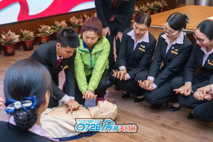 应急救助培训师资正在对凤凰管家进行培训