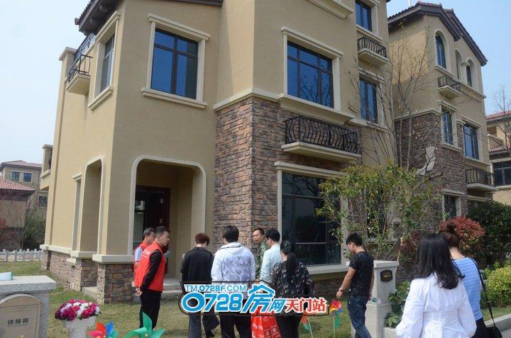走,第一波,跟着这家人去验验他家的别墅咯!前庭后院非常宽敞大气