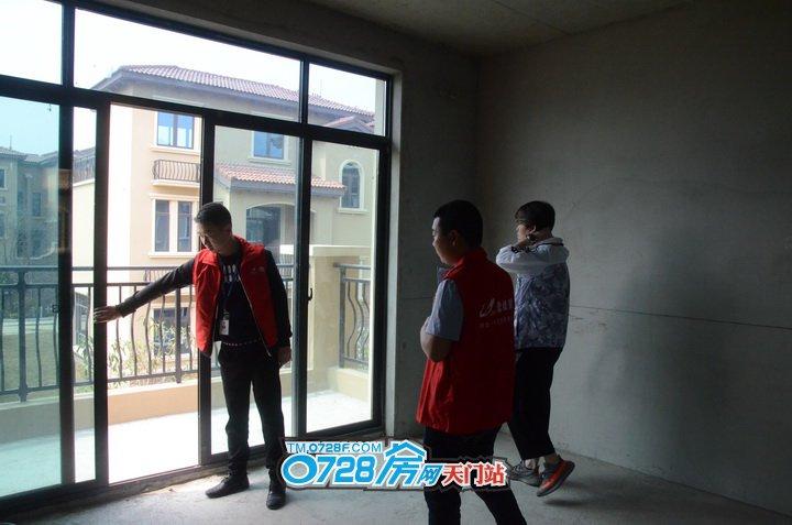 家人在一楼看房,而我们跟着这位帅哥来到了二楼,物业管家把通往阳台的门推拉,以便于业主更好的去看门的质量以及是否有问题,非常的贴心