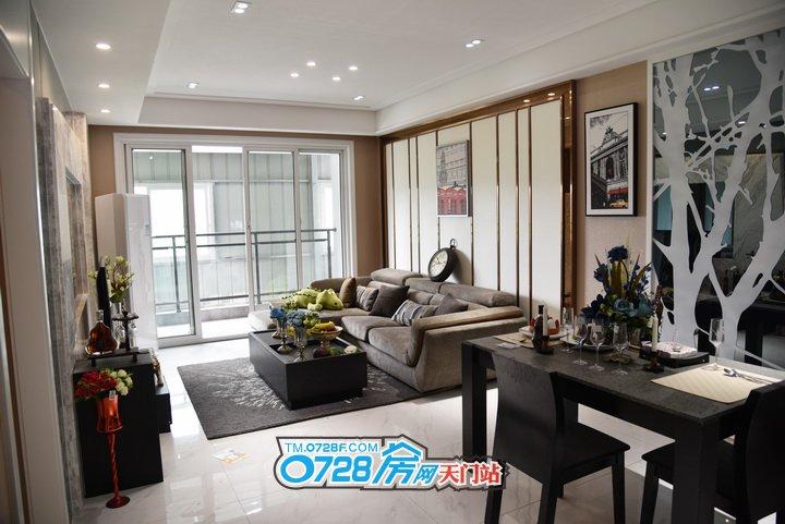 客厅相当于家庭的门面,客厅的奢华阔绰彰显主人的品位