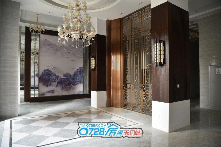 装修精美大气的入户大厅,欧式大吊灯、大雁南飞、金属质感的隔断