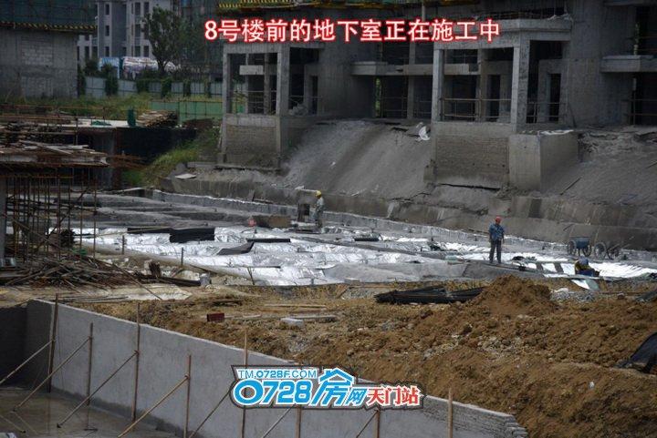 8号楼前的地下室正在施工中