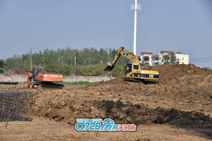挖机正在挖基坑