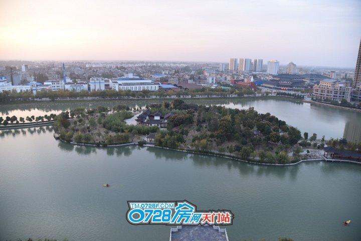 """人类自古以来就有亲近自然的本性,在江河湖海众多水系中,湖周围是最适合居住的。   从自然角度来说,湖水能增加空气湿度、调节气温,同时,湖泊的循环可以净化空气,宽广的视野与优美的环境也能愉悦身心。从人文角度来说,古语有云""""智者乐水"""",古人将城市水系比作城市的血脉,寓意柔善、智慧和财富。   湖水定义着生活节奏,也丰富着人居的意义。西湖阳光壹号毗邻西湖,流水淙淙、绿植环绕,水景园林浑然一体,营造出闹中取静,诗意自在的生活氛围。   (动图) 春有百花秋有月,夏有凉风冬有雪,临湖而居,一年四季风光无限。清晨在湖边慢跑,迎着朝阳呼吸最新鲜的氧气;闲暇的午后,捧一卷书在阳台小憩,看天空云卷云舒,水面波光荡漾;晚上沿着湖畔散步,微风吹来自然的气息,流光溢彩的夜景让人流连。  西湖阳光壹号,临湖而居,一边是家,一边是理想   西湖阳光壹号 雄踞城西正脉非凡之地 坐拥政务单位聚集核心区域 地处西湖、北湖中心地带 瞰景高层,推窗即揽四季美景   (动图) 西湖•阳光壹号北临天门城市主干道之一陆羽大道 西临劳动保障局与市民中心等职能部门紧一路之隔 东边毗邻西湖路文化宫和博物馆 离天门市植物园几分钟路程   (示意图) 2、4、6、8、10路环城公交车就在楼下路网通达 项目旁新城国贸、沃尔玛超市逛街购物 满足生活各式需求,尽享繁华都市生活   (动图) 项目周边也有优质的教育配套 天门市教育产业园、天门市一小 天门市实验中学、西龙小学,幼儿园 您的孩子可每日接受文化熏陶,提高他们的学习积极性   (示意图) 品质物业、智能化设计 可视监视系统、周界报警系统 24小时全方位礼遇服务 为您打造一个暖心安全的家 户型鉴赏 在水一方户型 4室2厅2卫 建筑面积:150.98�O   户型点评: 板式阔景平层墅,三至五房随意切换,大空间尽在掌握; 双阳台设计,揽双湖之景,入口玄关设计; 豪宅标配,动静分区,洁污分离; 精致的平面布局,步入式落地飘窗,藏西湖美景,静享至尊品味生活。   (西湖•阳光壹号效果图)   西湖•阳光壹号,城北绝版双湖景地块,占地30465�O,总建筑面积123722�O,由11栋多层、小高层、高层建筑组合而成,30 %的绿化率,现代风情的私家园林,5000平米的博物馆城市广场,人车分流的人性化设计,动线分明。 最新动态:新春特惠、名额有限,首付10万住五房,大平层西湖近景阔宅,建筑面积112-150�O。 项目地址:天门市陆羽大道与西湖路交汇处(博物馆北侧) 营销中心地址:天门市西湖路工人文化宫一楼 营销专线:400-0728-992转526"""