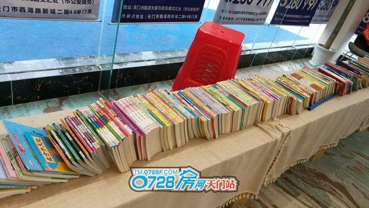"""江汉才子出天门,天门上了状元榜 俗话说""""走不尽的天下路,读不完的天下书"""",书是无价之宝,书是我们送给孩子最好的礼物。通过亲子阅读活动,以书为媒介,以阅读为纽带,让孩子与家长共同分享阅读过程,增进家长及孩子间的感情,培养孩子阅读习惯。  暖绒微醺的午后,带孩子读一本书、听一段讲座,看小小的脸庞洋溢着对世界的憧憬。这绝对是亲子间一段美好而有意义的珍贵体验! 4月13日,""""爸爸,我们住哪儿?""""相知之状元府携手樊登读书会,一场春日亲子读书会的美好画卷已徐徐展开……让我们一起去看看有哪些精彩瞬间吧!  签到现场,盛况空前  自从上次的佩奇饼干DIY活动受到大家一致好评,这次继续组织的亲子阅读会活动一经推出,便受到了大家的广泛关注。 下午1点钟,距离活动开始还有一个小时的时间,现场早已人头攒动、大批来访客户聚集在等候区,对于现场的火热人气,到访的来宾们纷纷表示早已预见。活动现场的火爆场面,足以说明状元府人气之高!   工作人员早早就精心布置会场,营造读书氛围,上千余本不同类别的书籍,把整个营销中心包装成了书的海洋,让各位家长和孩子们尽情阅读;还准备了价值50元的樊登读书会阅读卡,免费送给现场前来签到的家庭。   活动现场,还贴心的准备了美味可口的冷餐茶歇,供来宾休憩品尝。     讲陆羽故事,学唱六羡歌  在读书会上,小米老师绘声绘色的为家长和孩子们介绍茶圣-陆羽的人文背景,深深的吸引了大家的注意力,勾起了孩子们的求知欲望。   在了解了陆羽的典故和历史之后,小米老师用自己的天籁之音,带领着家长和孩子们共同唱起了陆羽的《六羡歌》,婉转的歌声荡漾在整个营销中心,把活动氛围推向了高潮!   自由阅读,书的海洋  教唱环节结束后,状元府为大家提供上千余本不同类别的书籍可供查阅,这一天,让家长们尽情放松身心陪同孩子荡漾在书的海洋里!  通过这次亲子读书会活动,无形中拉近了孩子和家长的关系,不只是读书,更是读爱!  美好的时光总是稍纵即逝,成润・状元府仍将持续推出更多福利,让业主们感受四季的美好与生活的舒心!  成润・状元府 政务中心 就是城市的中心 0-18岁一站式三好教育社区 多公园环绕让生活回归自然 独享5000�O中央生活广场 1号楼115-152�O全系阳光户型全城热销 品鉴热线:0728-5280999 地址:天门市陆羽大道与状元路交汇处(公安局旁)"""