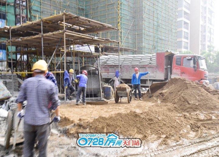 工地上工人们正在施工中