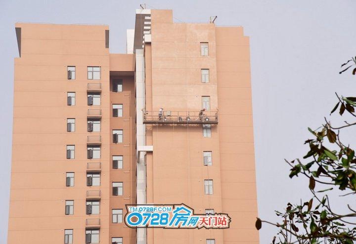 工人正在15号楼做外立面真石漆