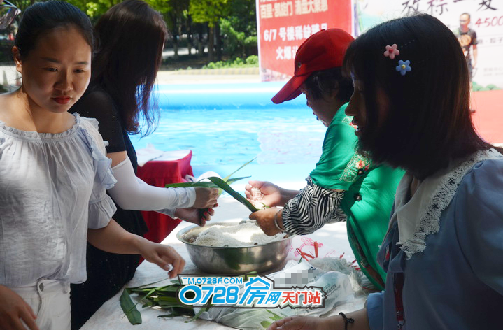 现场不光有免费鱼抓,还有粽子DIY,签约成功的客户,可直接参与活动。